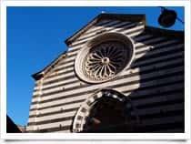 Parrocchiale di San Giovanni Battista - Chiesa del XIV secolo dalla facciata gotica con fasce di marmo bianco e nero e rosone, a Monterosso al Mare